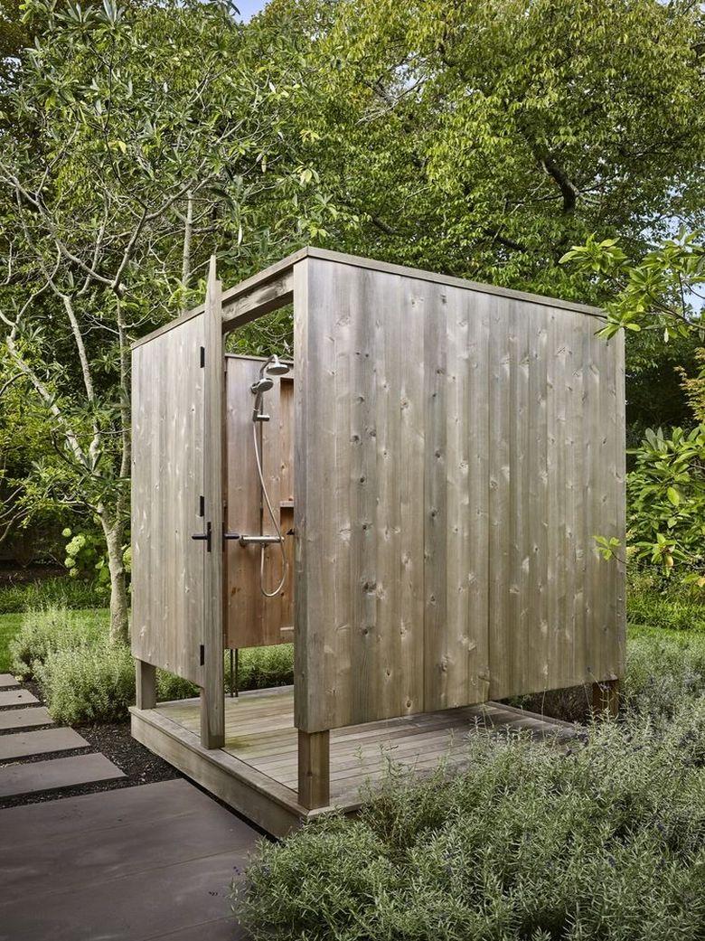 отдельно стоящий душ в саду