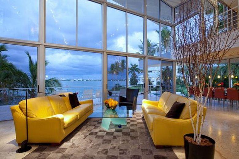 желтый диван