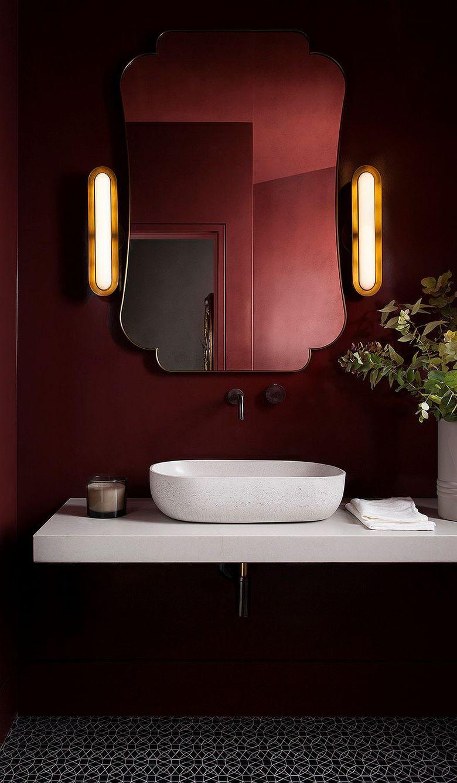 Зеркало красивые бра в туалетной комнате