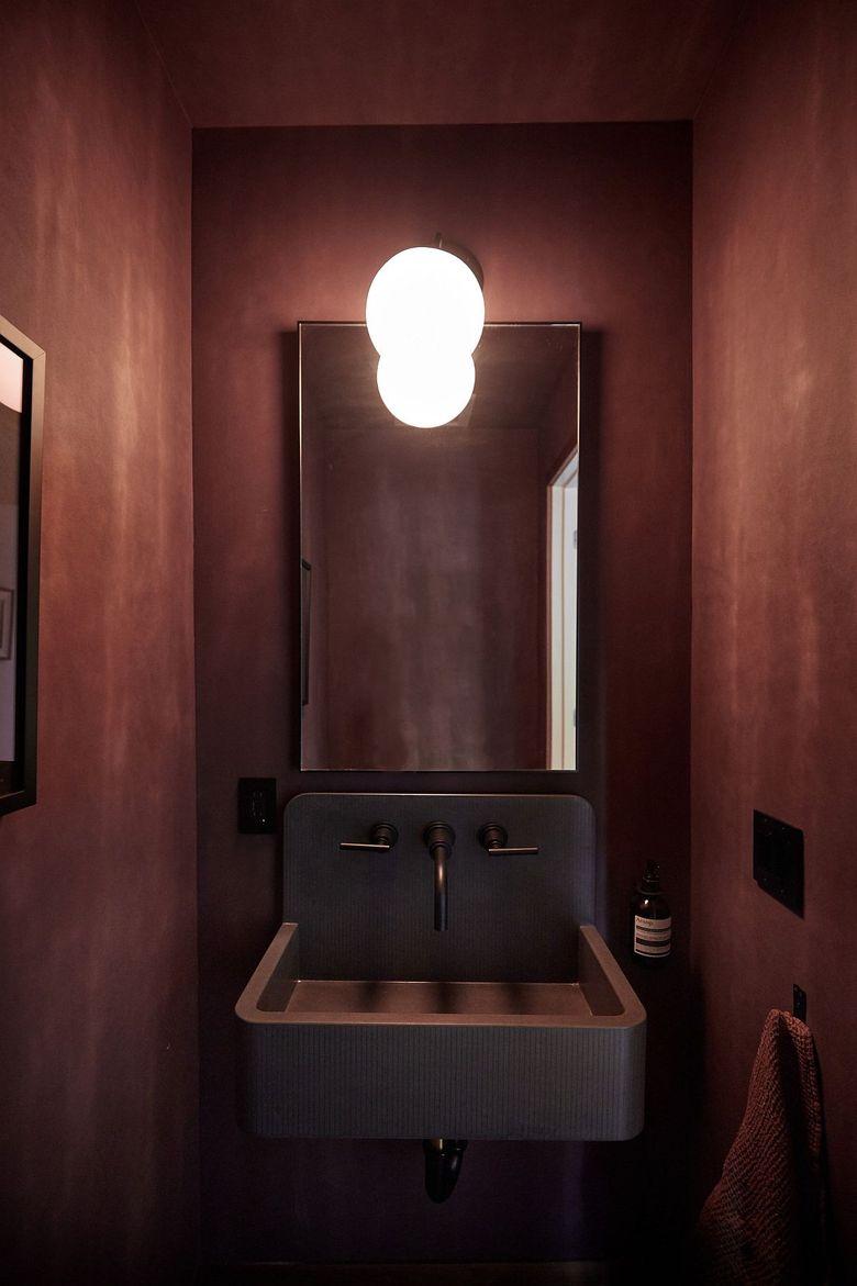 Текстурированные стены в туалетной комнате