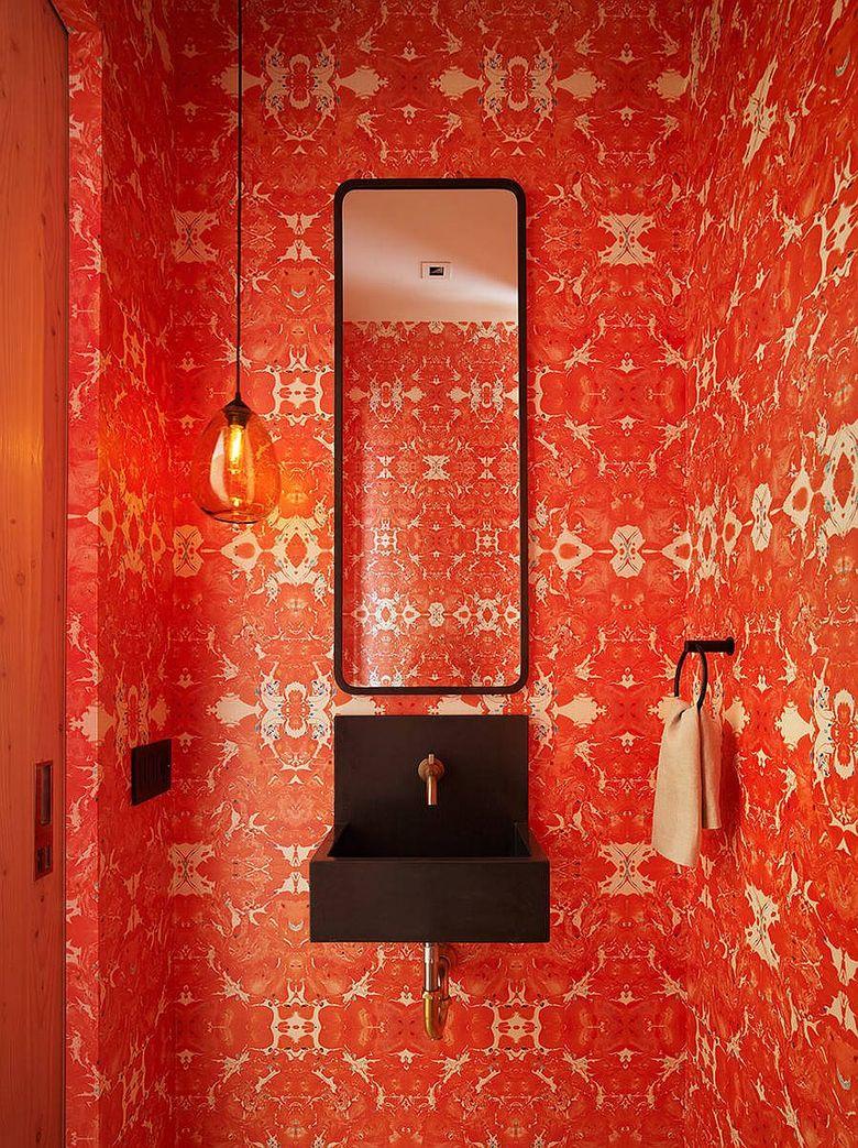 Оригинальная туалетная комната с обоями