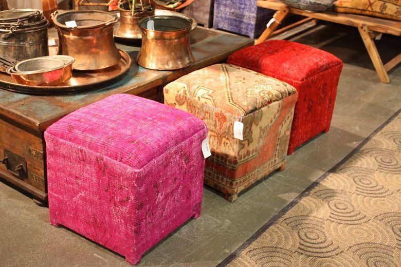 Винтажные вещи потрепанный стол и медные сосуды