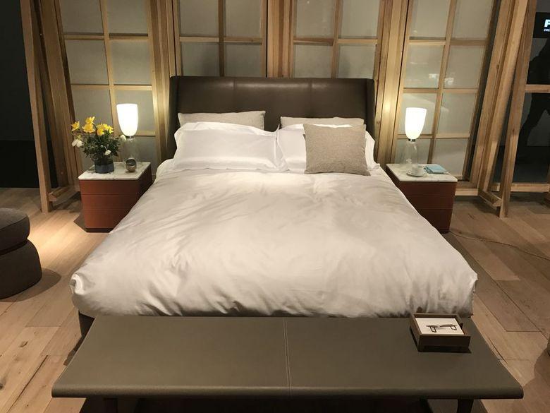 стена искусственные окна за изголовьем кровати