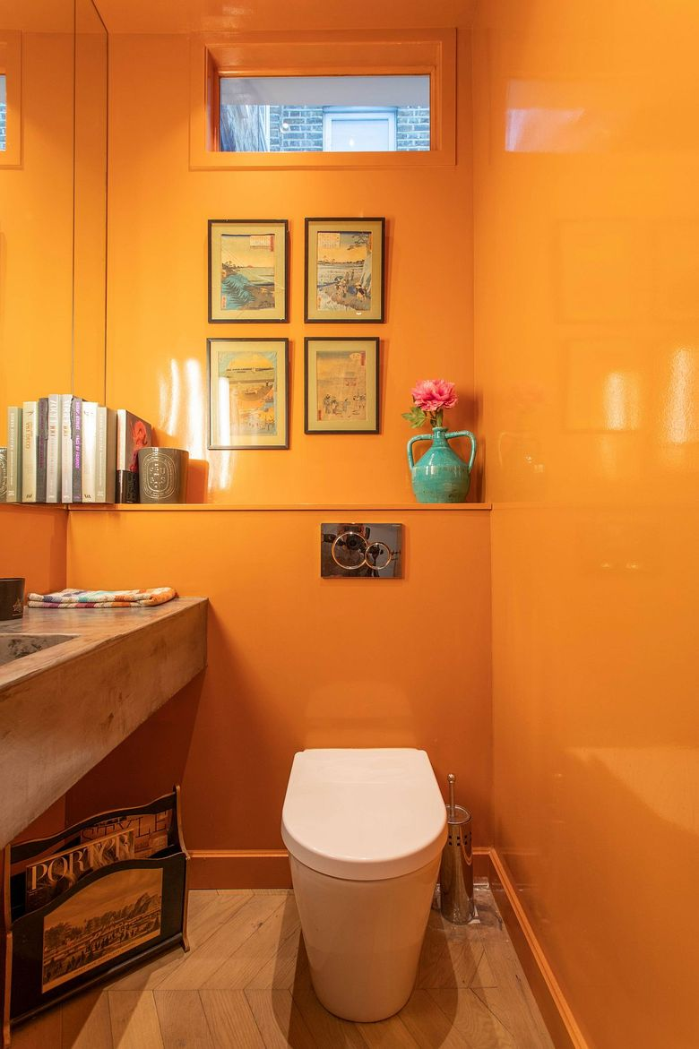Оранжевые глянцевые стены туалетной комнаты