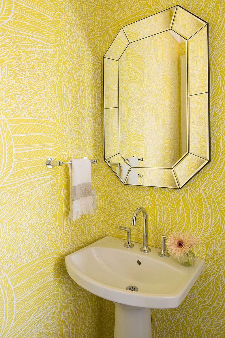 Обои с желтым рисунком в туалетной комнате