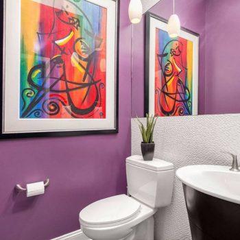 Фиолетовый в туалетной комнате