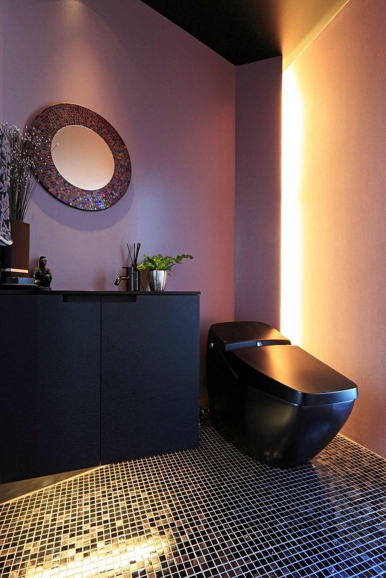 Черный с фиолетовым в туалетной комнате