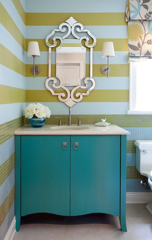 Желтые и синие полосы в туалетной комнате