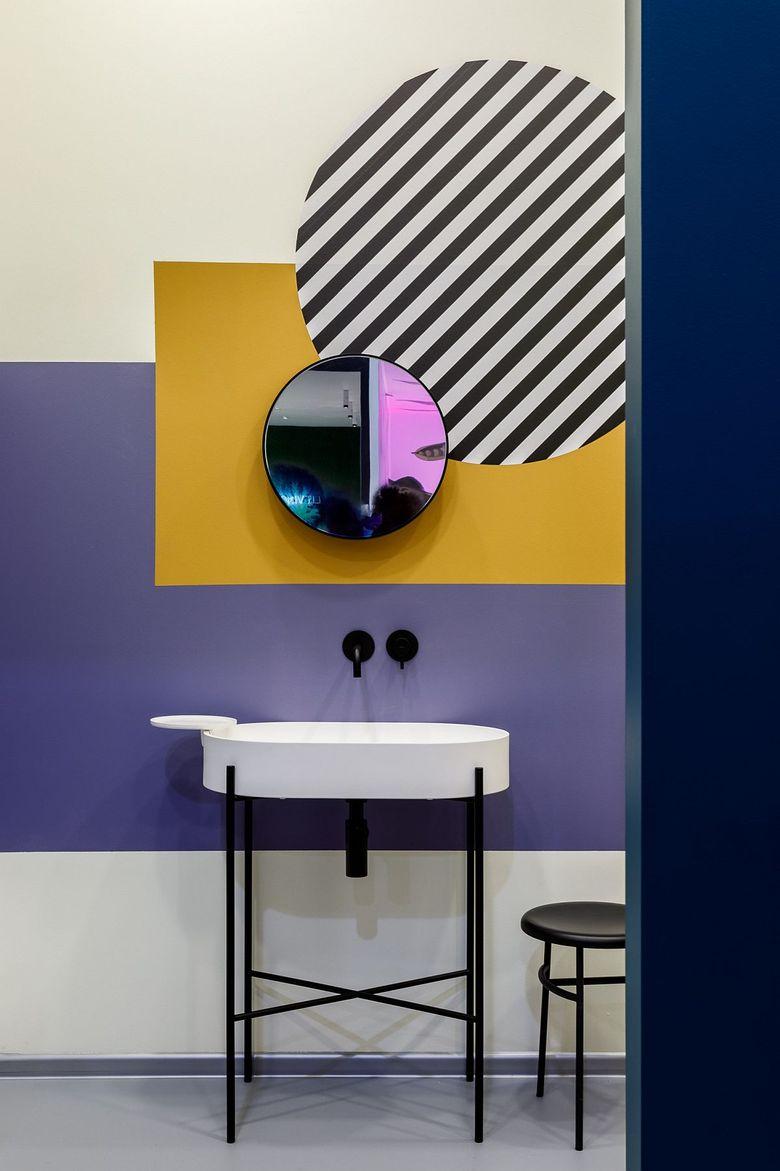 Многоцветная отделка стен и полосы в туалетной комнате