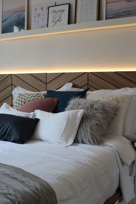 Cпальня в белых тонах деревянное изголовье