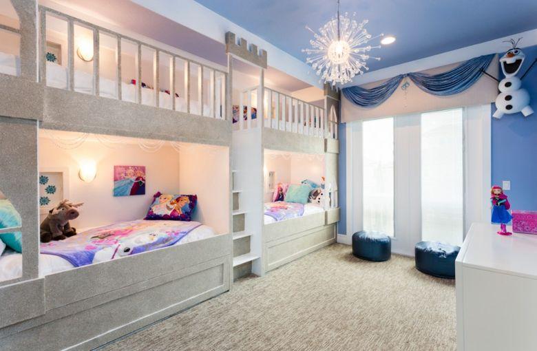 Двухъярусная кровать фото у одной из стен