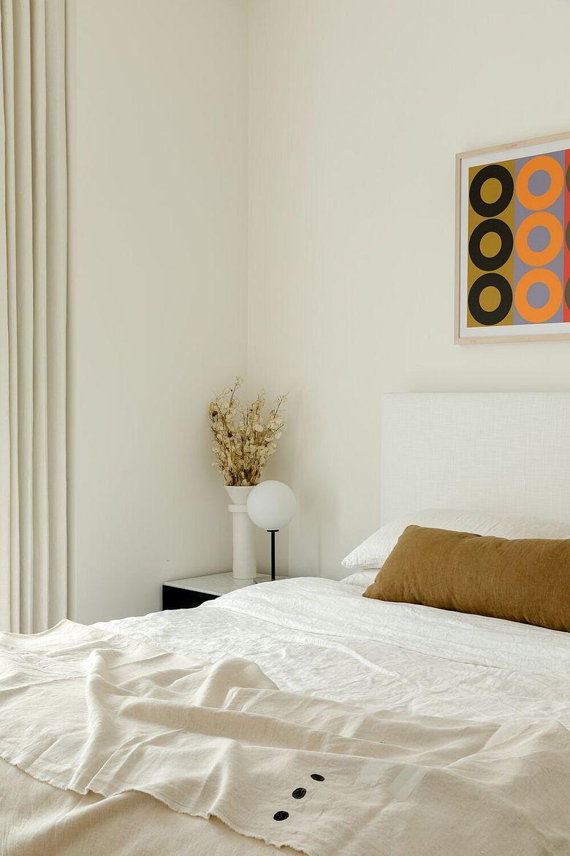 Стеллаж в гостиную спальня в белом цвете