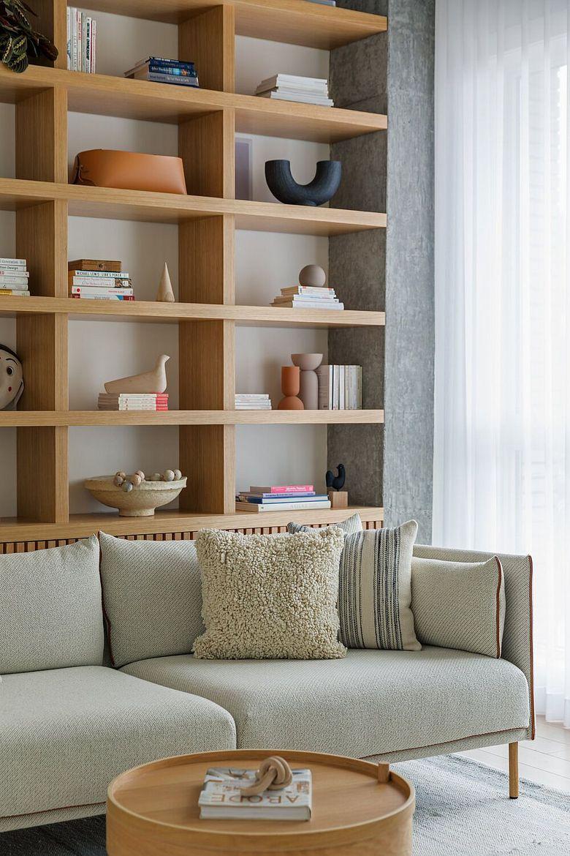 Стеллаж в гостиную белые прозрачные шторы