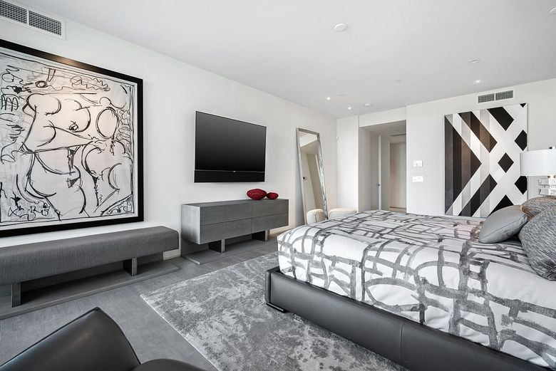 Большой телевизор в спальне
