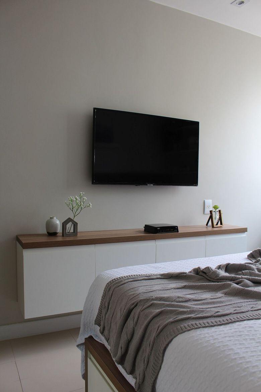 Cпальня в белых тонах телевизор место для хранения