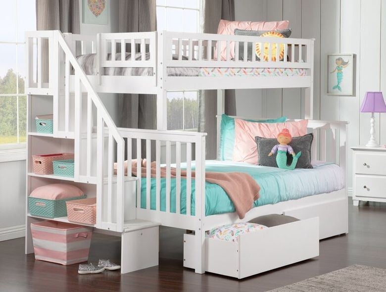 Двухъярусная кровать фото лестница с красивыми перилами