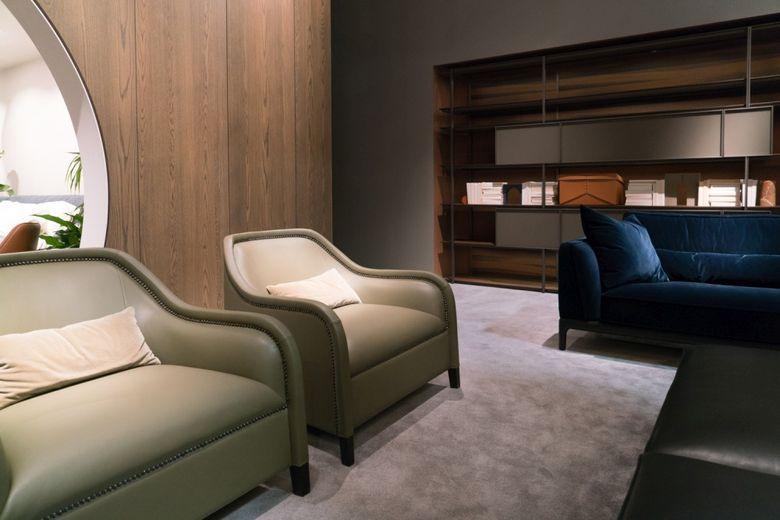 Современный дизайн нейтральные стулья и синий диван