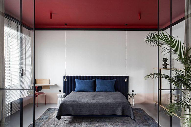 Белая спальня ярко-красный потолок