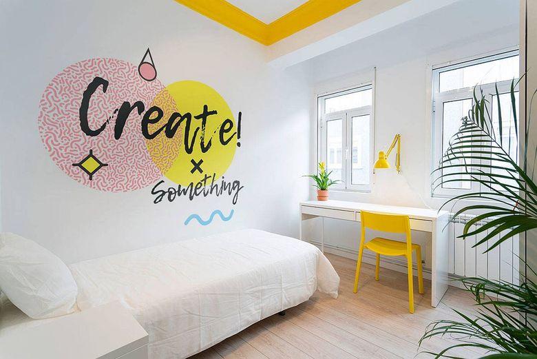 Белая спальня всплески желтого и оранжевого цветов