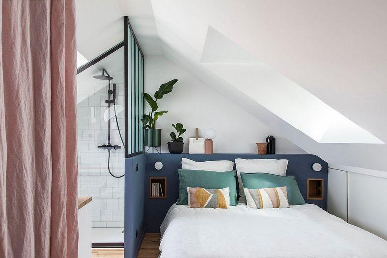 Белая спальня с душем цветными блоками