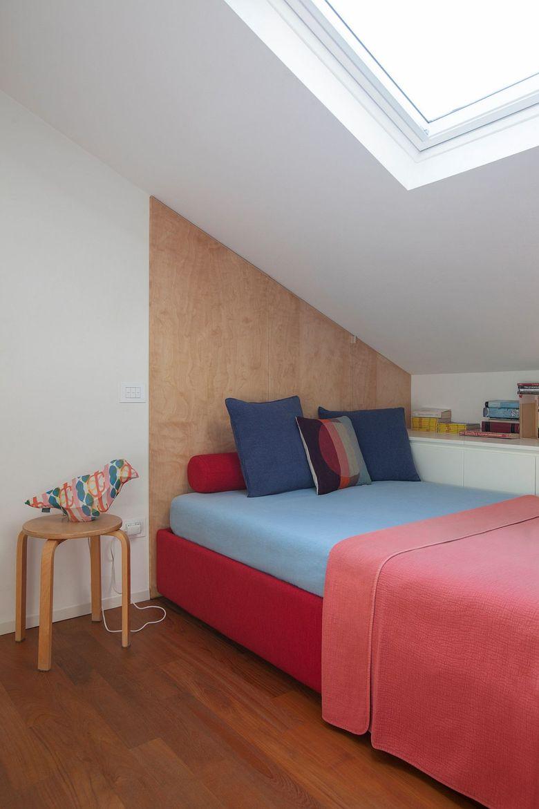 Белая спальня с ярко-розовыми постельными принадлежностями