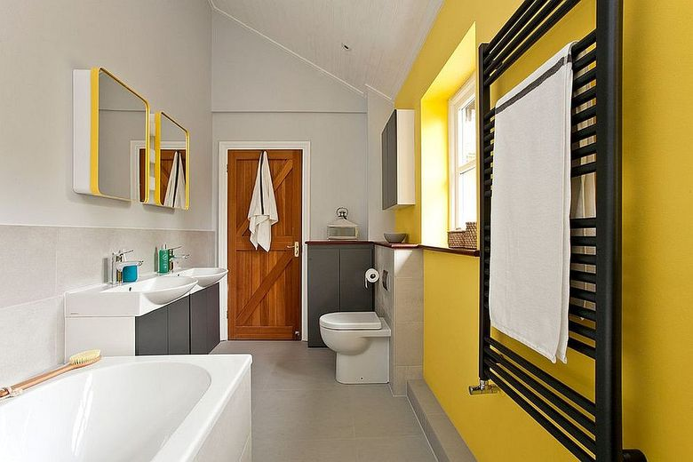 Cочетание желтого и серого акцентная стена