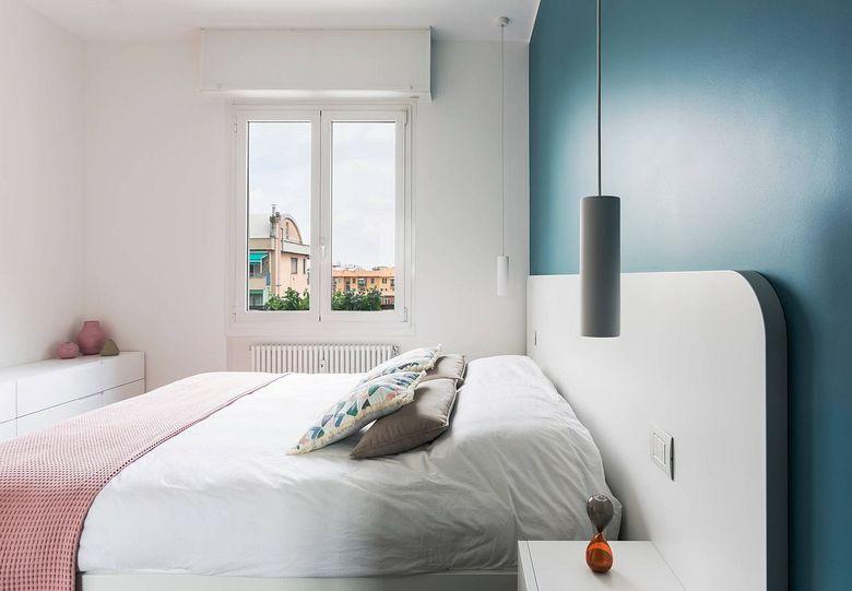Белая спальня и белая акцентная стена