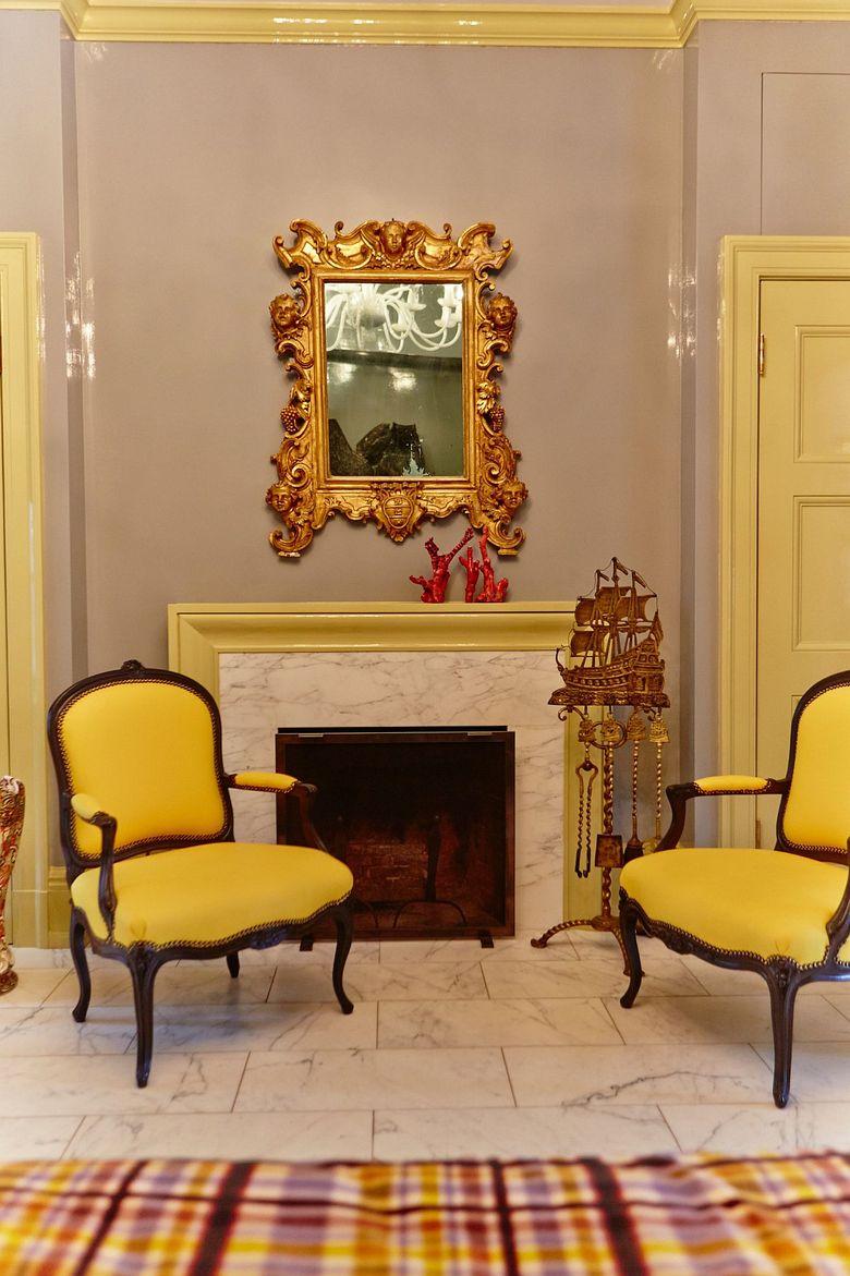 Cочетание желтого и серого гостиной любого стиля и размера