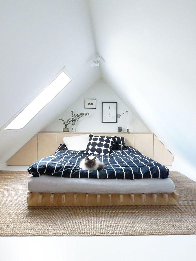 Белая спальня разноцветные постельные принадлежности