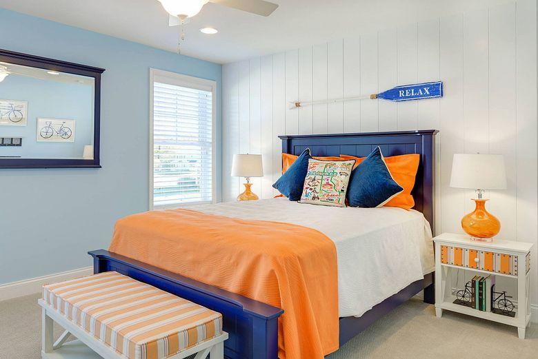Цвета для спальни синие и оранжевые акценты
