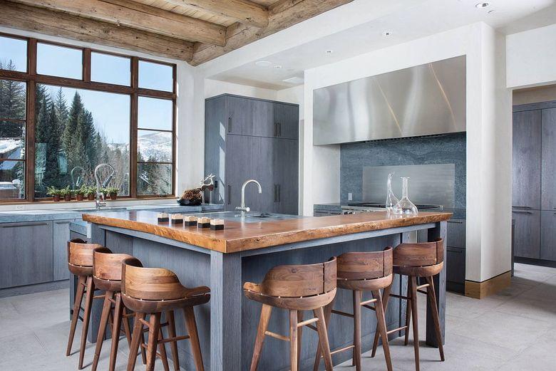 Стили кухни бело-серая с деревянной барной стойкой