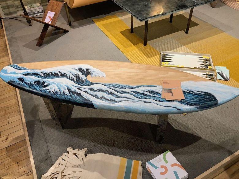 Интересная мебель стол в форме доски для серфинга