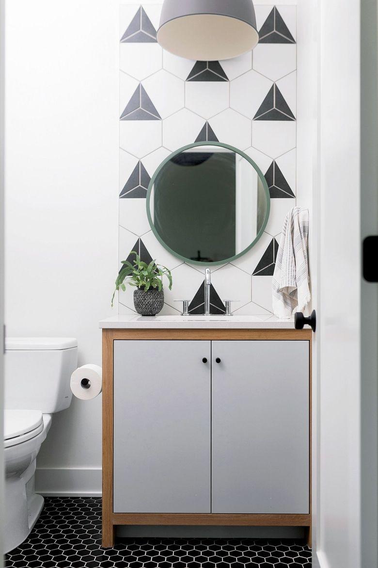 Туалетная комната в черном белом и сером цвете