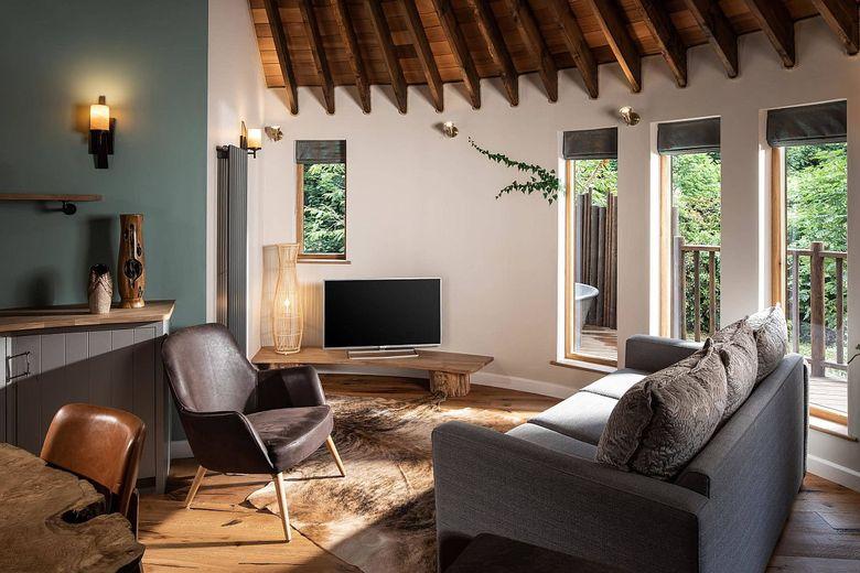 Идеи для гостиной с деревянной и белой цветовой гаммой