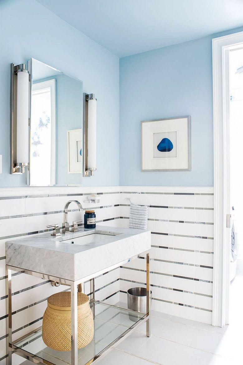 Туалетная комната светло голубой в сочетании с белым