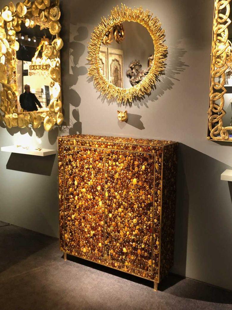 Интересная мебель украшенный драгоценностями шкаф