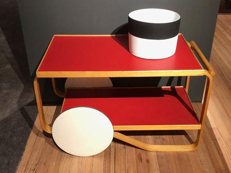 Интересная мебель ярко-красная тележка
