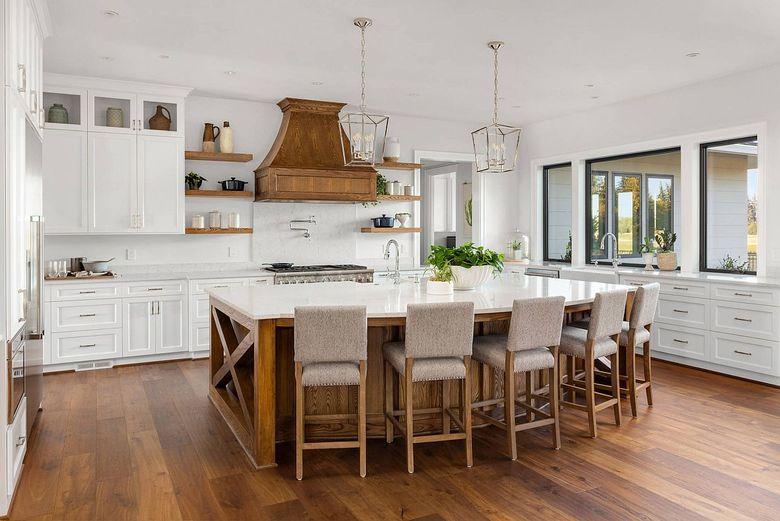 Стили кухни деревянная вытяжка на белой кухне