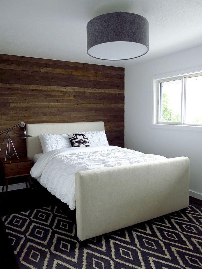 Акцентная стена в спальне из регенерированного дерева