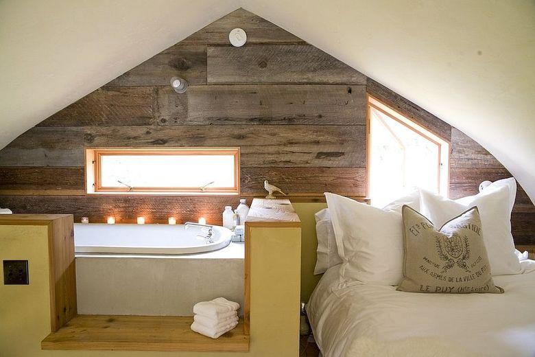 Акцентная стена в спальне на чердаке