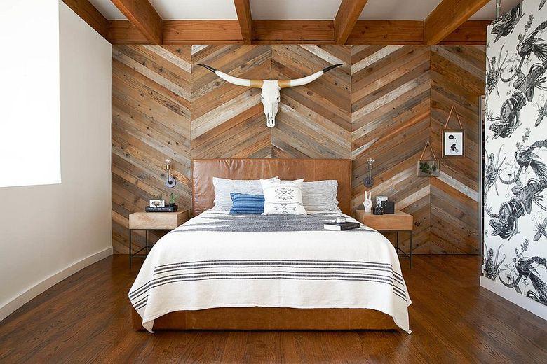 Акцентная стена в спальне с шевронным узором