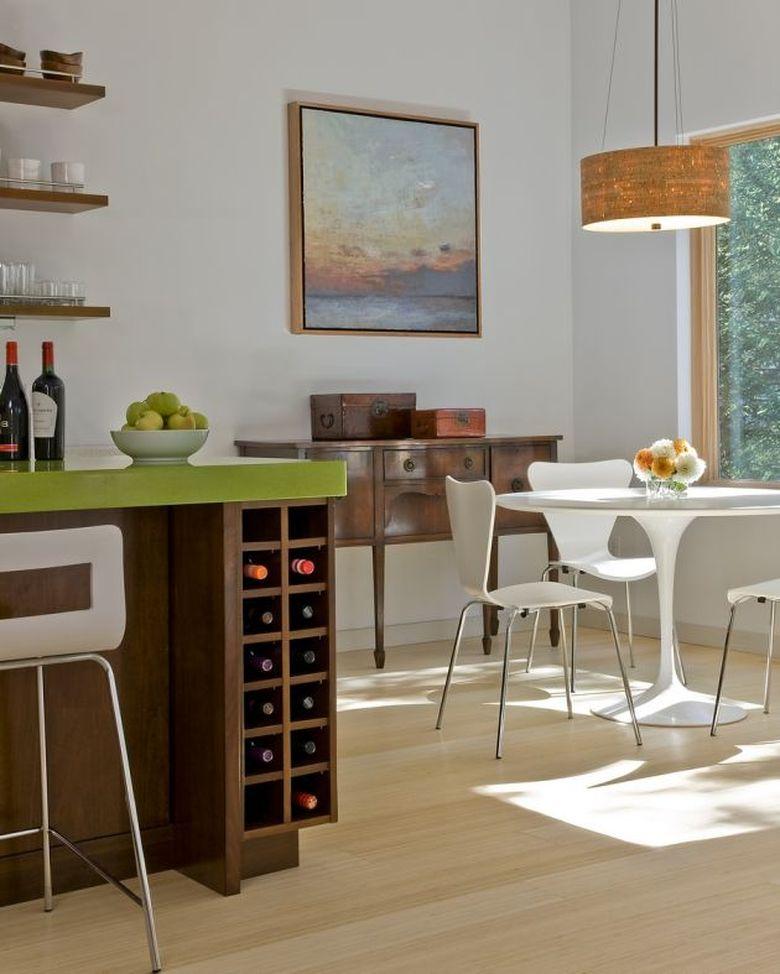 Винный стеллаж встроен в кухонный островок