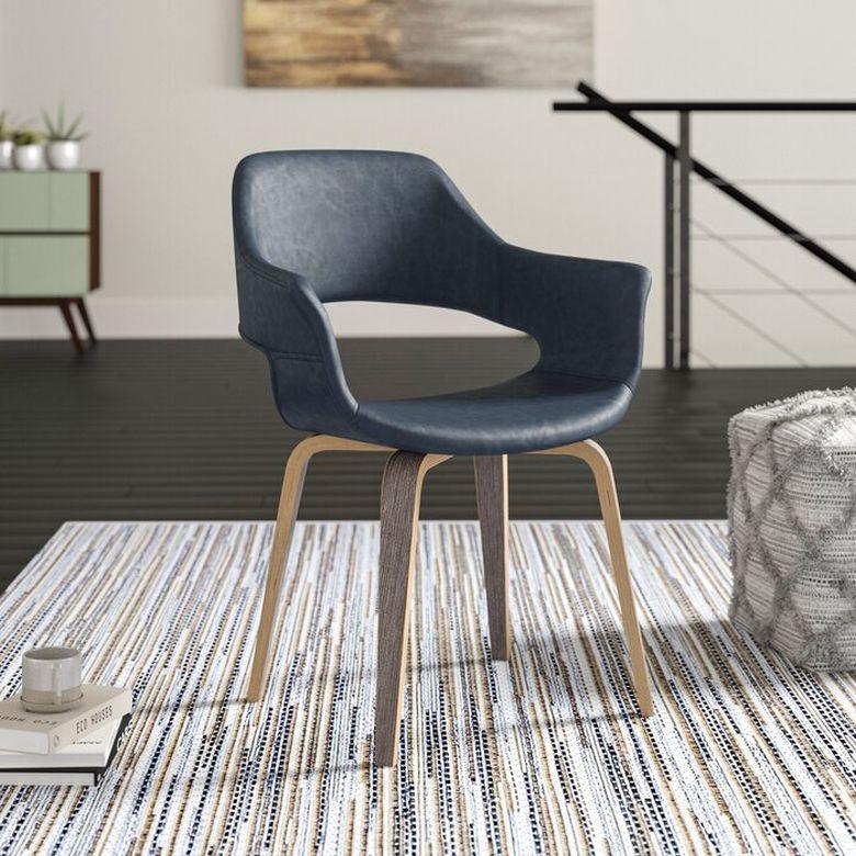 Кресла для гостиной из кожи и дерева