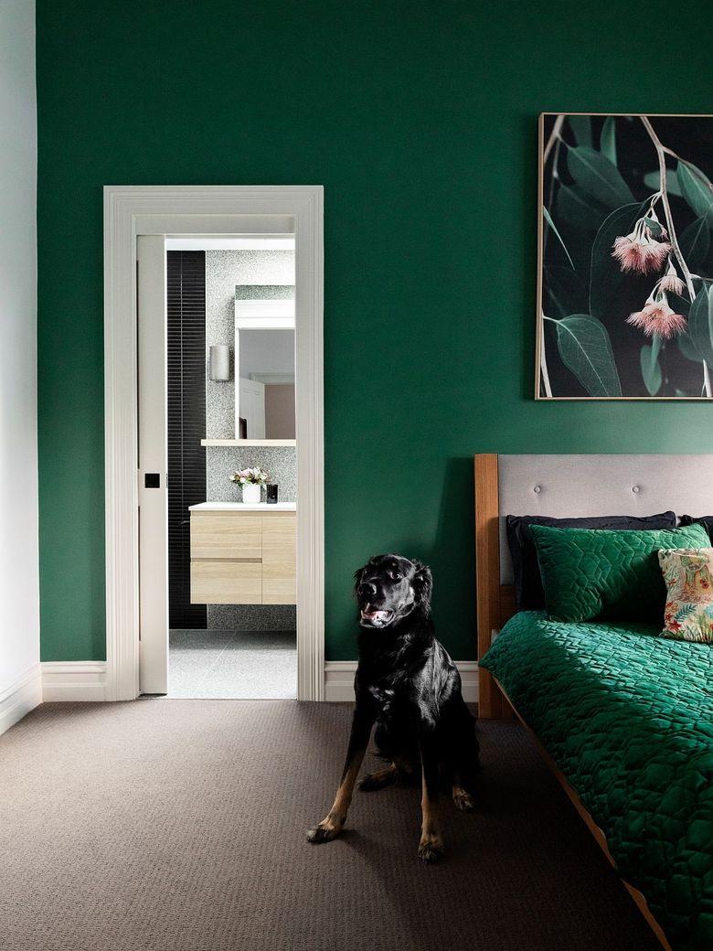 Тренды весны спальня в темно-зеленых тонах