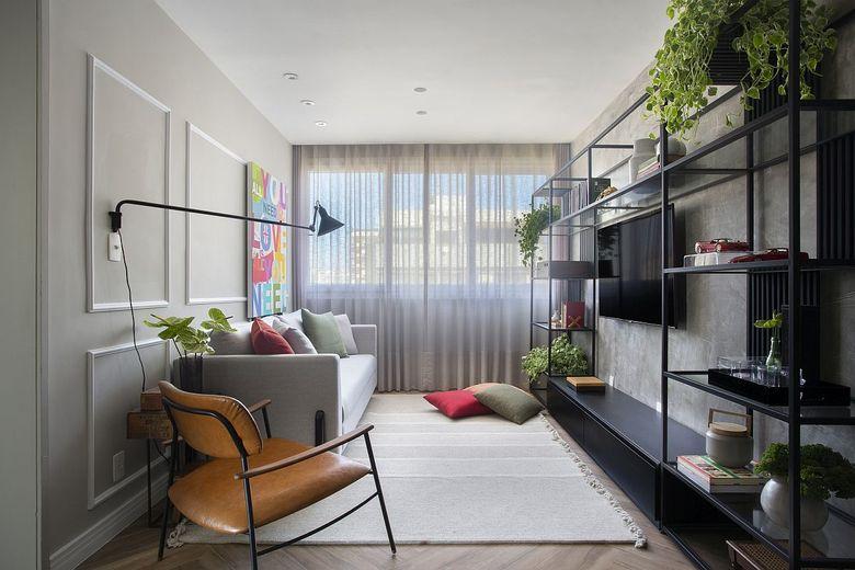 Бело серый фон стильная гостиная с зеленью