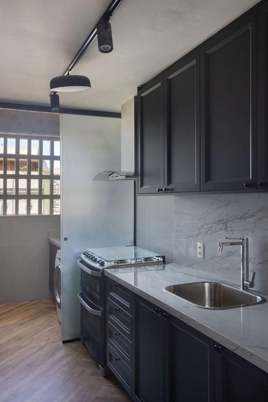 Бело серый фон место для прачечной внутри кухни