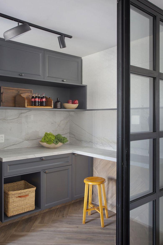 Бело серый фон современная кухня