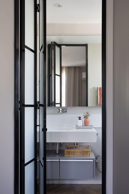 Бело серый фон двери из стекла с темной рамой