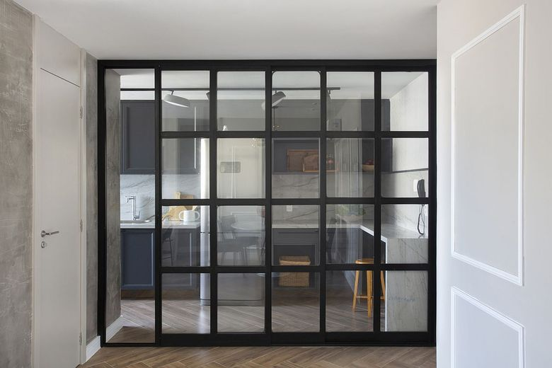 Бело серый фон стеклянные двери