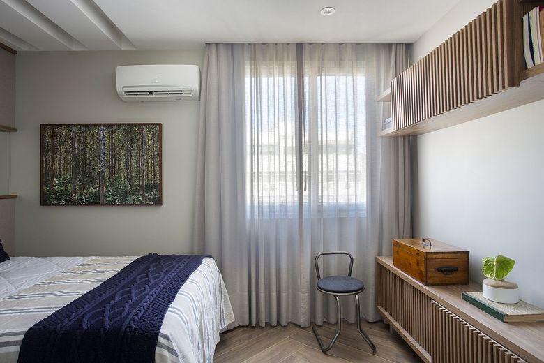 Бело серый фон шкафы в спальне